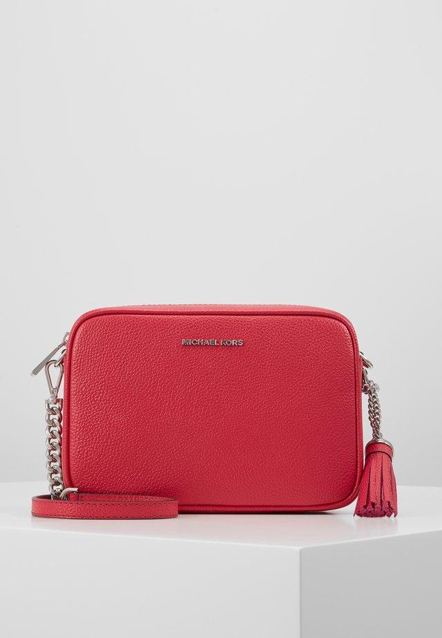 JET SET CAMERA BAG - Taška spříčným popruhem - raspberry