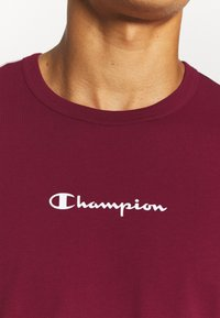 Champion - CREWNECK  - Print T-shirt - dark red - 4