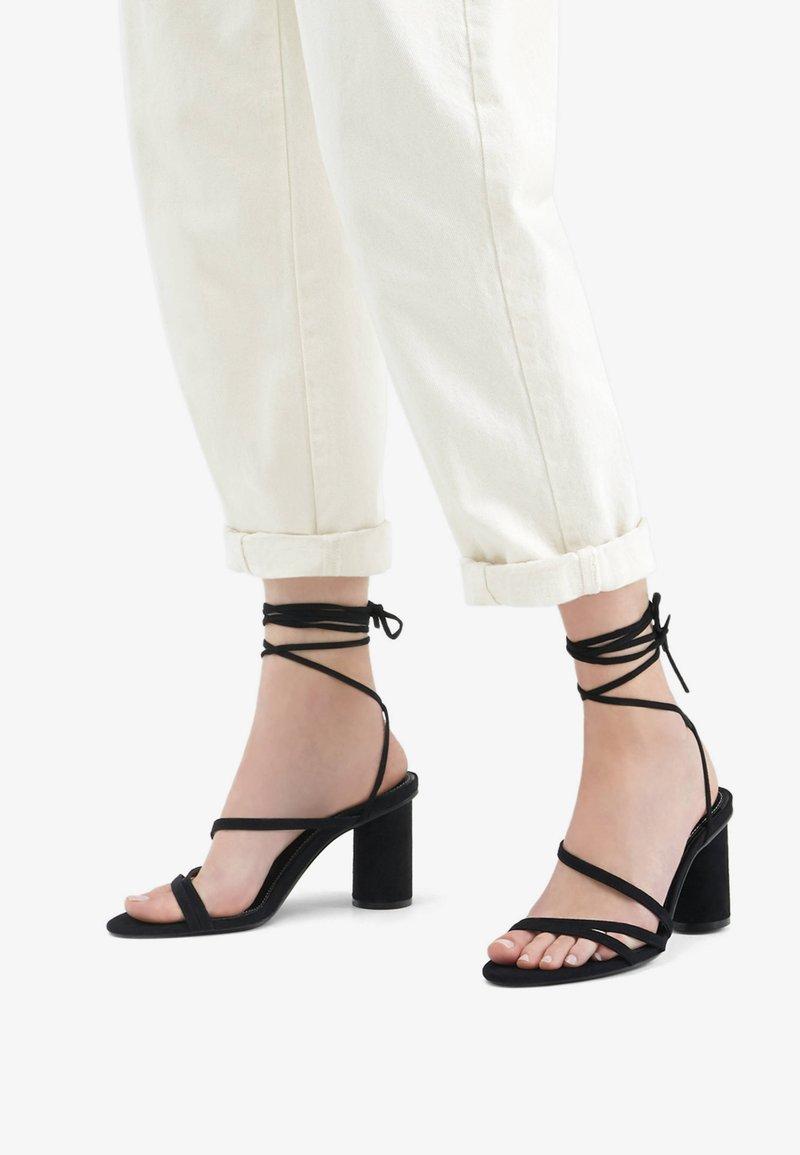 Bershka - MIT BREITEM ABSATZ UND SCHNÜRRIEMCHEN  - Korolliset sandaalit - black