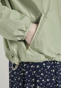 TOM TAILOR - MIT ABNEHMBARER KAPUZ - Outdoor jacket - light moor green - 4