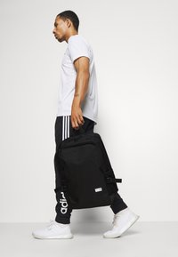 adidas Performance - CLASSIC BOXY BACK TO SCHOOL SPORTS BACKPACK UNISEX - Reppu - black/white - 0