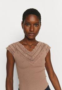 Rosemunde - REGULAR WIDE - Print T-shirt - nougat brown - 3
