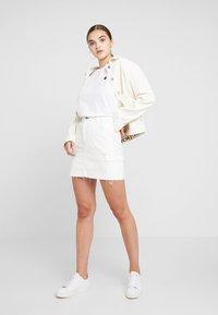 Hollister Co. - ULTRA HIGH RISE CARGO SKIRT - Pouzdrová sukně - white - 1