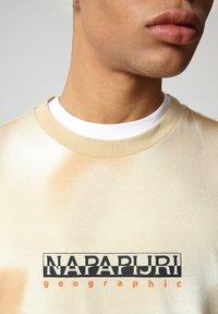 Napapijri - S-AIRBRUSH SS AOP - Print T-shirt - beige camou - 3