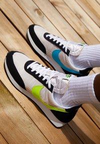 Nike Sportswear - AIR TAILWIND 79 UNISEX - Trainers - white/volt/blue fury/black - 2