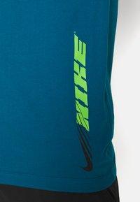 Nike Performance - TEE - Printtipaita - green abyss - 4