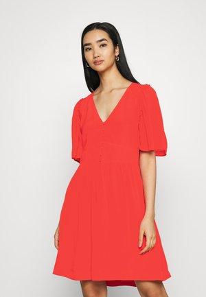 PRINTED DRESS WITH FITTED WAIST - Korte jurk - raspberry