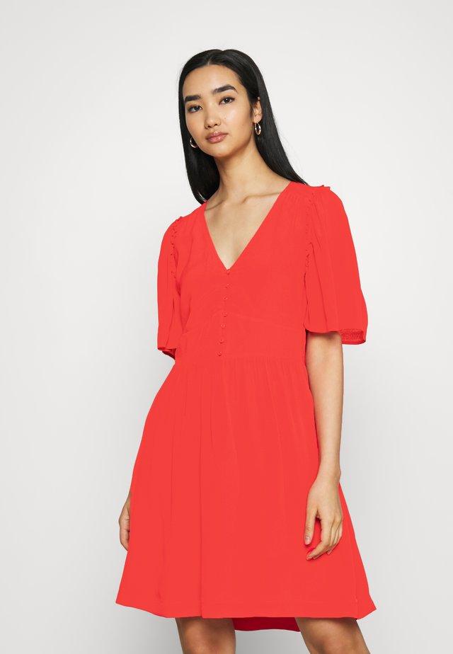 PRINTED DRESS WITH FITTED WAIST - Sukienka letnia - raspberry