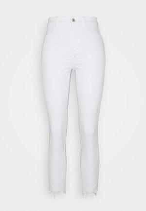 CURVY SUPER HIGH RISE CROP - Jeans slim fit - bright white