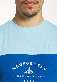 Newport Bay Sailing Club - BLOCK - T-shirt med print - light blue/blue/white - 5