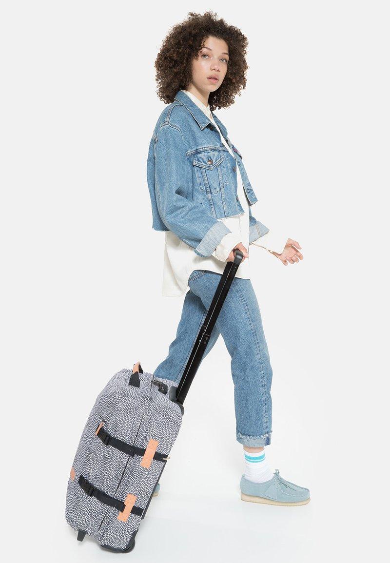 Eastpak - TRANVERZ S UNDEFINED  - Wheeled suitcase - black/white