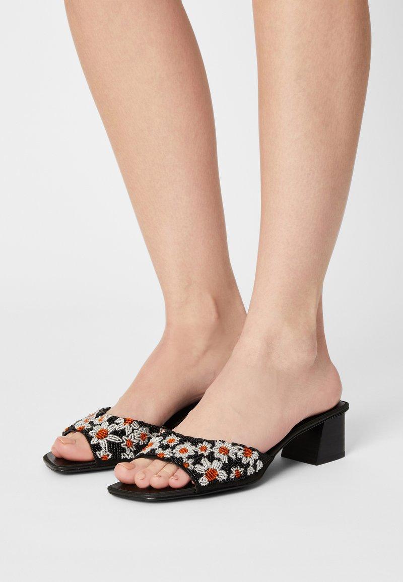 Who What Wear - EMILY - Pantofle na podpatku - black