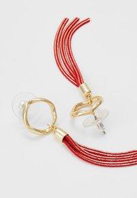 SNÖ of Sweden - CHARLIZE SMALL TASSEL EAR - Earrings - red - 3