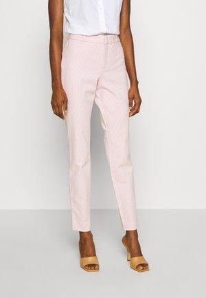 MODERN SLOAN FEEDER - Pantalones chinos - pink