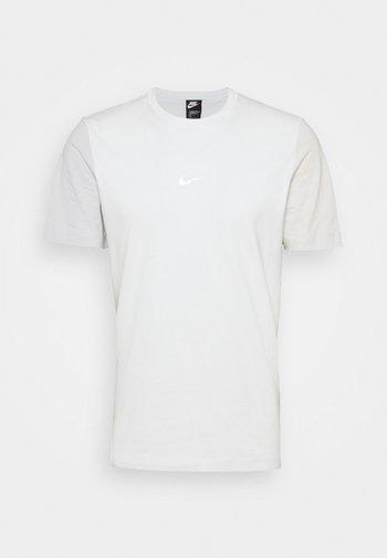 TEE - T-shirt con stampa - spruce aura