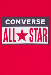 Converse - LICENSE PLATE TEE - T-shirt z nadrukiem - university red