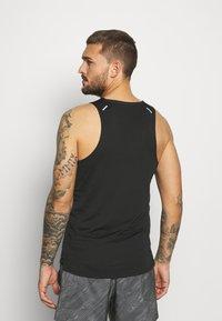 Nike Performance - RISE 365 TANK TRAIL - Camiseta de deporte - black/laser crimson - 2