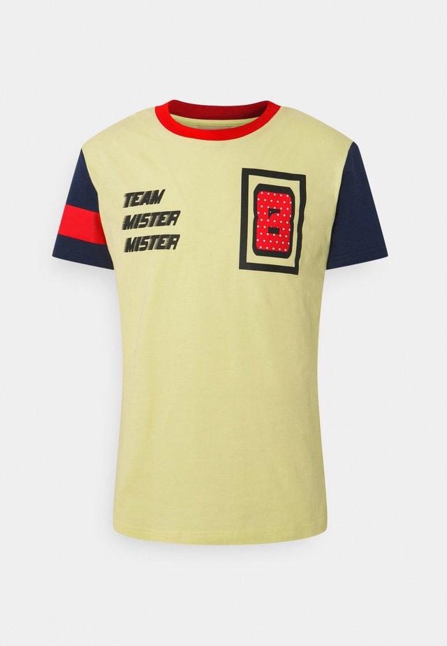 PRINTED - T-shirts med print - yellow