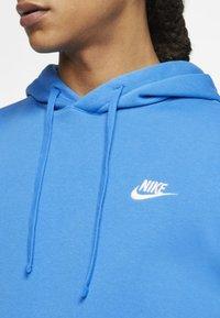 Nike Sportswear - CLUB HOODIE - Bluza z kapturem - light blue - 4