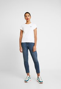 Calvin Klein Jeans - EMBROIDERY SLIM TEE - T-shirts - bright white - 1
