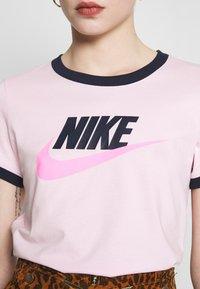 Nike Sportswear - TEE FUTURA RINGER - Printtipaita - pink foam/obsidian - 5