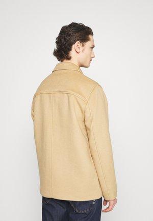 CHORE COAT - Lehká bunda - camel