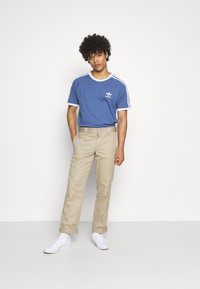 adidas Originals - STRIPES TEE - T-shirt med print - crew blue - 1