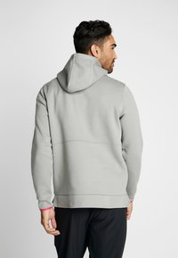 Under Armour - ATHLETE RECOVERY GRAPHIC HOODIE - Mikina s kapucí - gravity green/metallic silver - 2