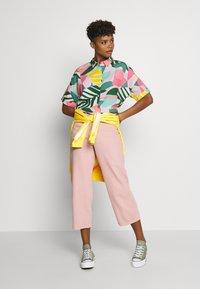 Dedicated - NIBE COLLAGE LEAVES - Skjorte - pink - 1