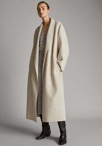 Massimo Dutti - MIT HAHNENTRITTMUSTER  - Day dress - white - 1