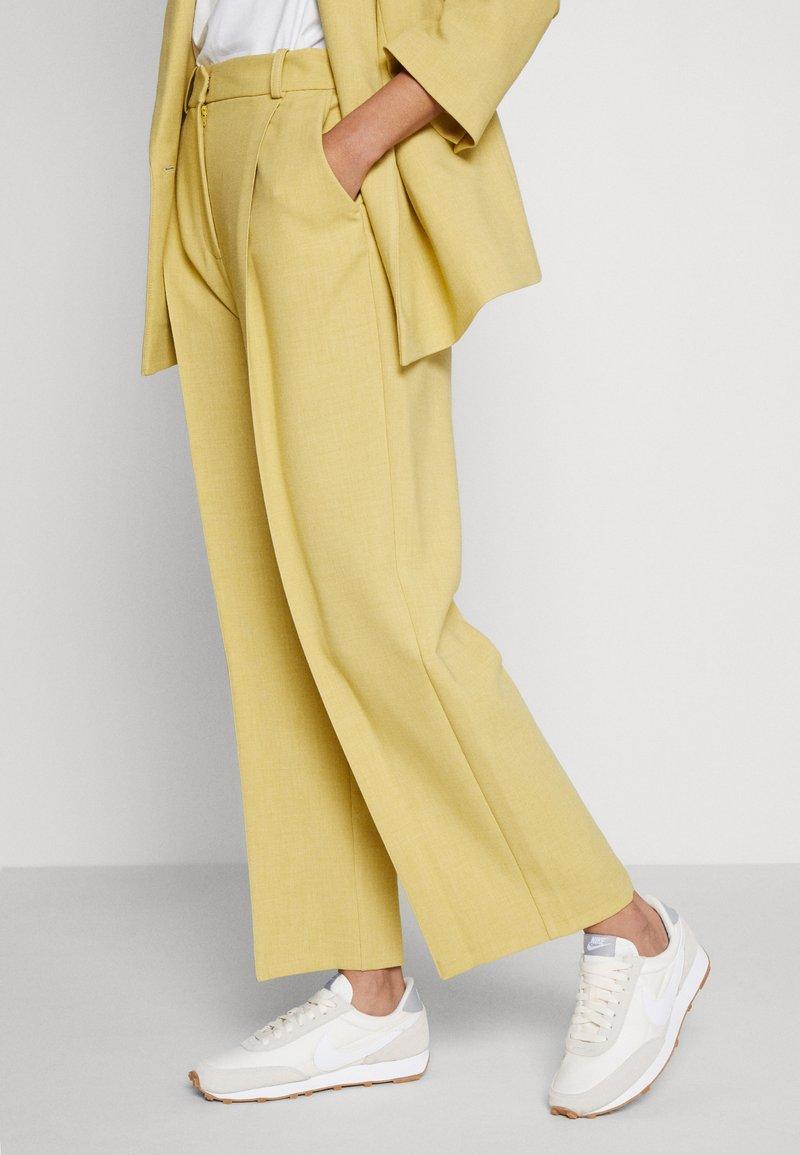 Nike Sportswear - DAYBREAK - Tenisky - summit white/white/pale ivory/light smoke grey/med brown