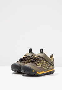 Keen - CHANDLER CNX - Hiking shoes - dark olive/citrus - 2
