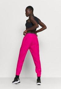 Nike Performance - RUN PANT - Pantalon de survêtement - fireberry/arctic punch/black - 2