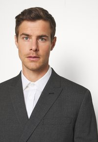Isaac Dewhirst - RECYCLED CHECK DOUBLE BREASTED SUIT - Kostym - anthracite - 6