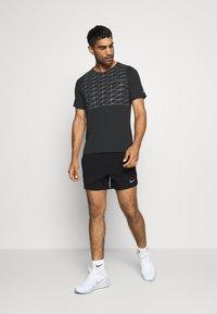 Nike Performance - RUN DIVISION FLEX STRIDE - Pantalón corto de deporte - black/silver - 1