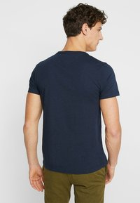 Tommy Hilfiger - LOGO BAND TEE - T-shirt z nadrukiem - blue - 2