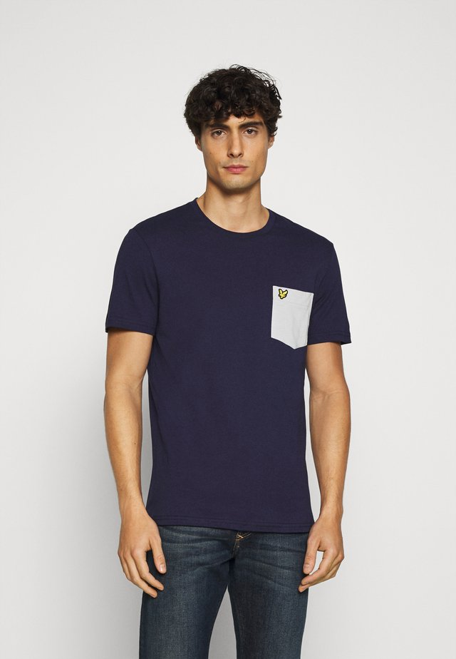 CONTRAST POCKET - T-shirt med print - navy/ grey fog