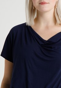 Zalando Essentials Curvy - Basic T-shirt - dark blue - 4