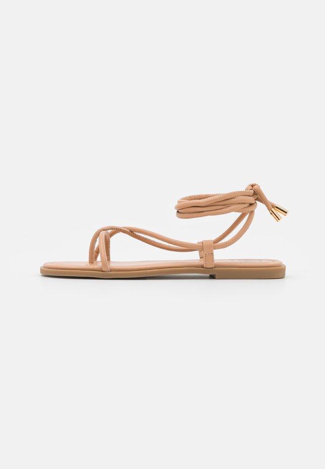TIE UP TOE POST FLAT  - Sandály s odděleným palcem - sand