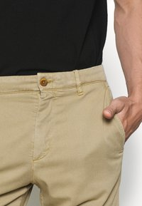 NN07 - CROWN - Shorts - khaki - 4