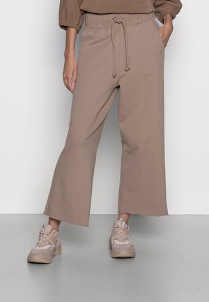 CROPPED WIDE LEG RAW CUT EDGE - Tracksuit bottoms - rocky road