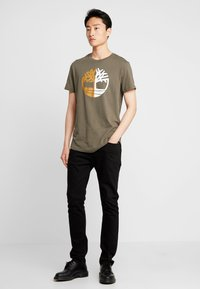 Timberland - TREE LOGO TEE - T-Shirt print - grape leaf - 1