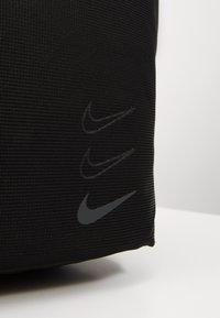 Nike Sportswear - ESSENTIALS - Velká kabelka - black/smoke grey - 3