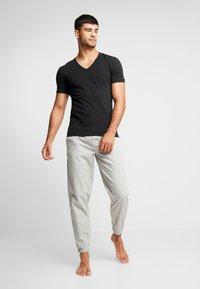 Calvin Klein Underwear - V NECK T SLIM FIT 2PACK - Aluspaita - black - 1