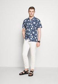 Tommy Hilfiger - FLORAL CAMO SHIRT - Skjorta - dark blue/white - 1