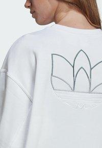 adidas Originals - ADICOLOR 3D TREFOIL OVERSIZE SWEATSHIRT - Sweatshirt - white - 4