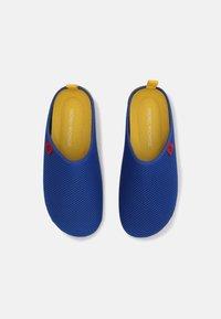 Andres Machado - DYNAMIC UNISEX - Pantuflas - blue/yellow - 3