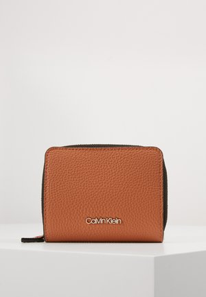 SIDED ZIPAROUND FLAP - Lommebok - brown