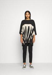 Weekday - HUGE DRESS - Žerzejové šaty - black tie dye - 1