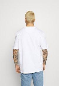 adidas Originals - TEE UNISEX - T-shirt imprimé - white/scarlet - 2